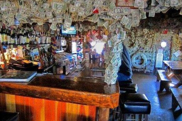 全球最土豪的酒吧:墙壁上贴了上千万美金钞票,随便拿都没人管!