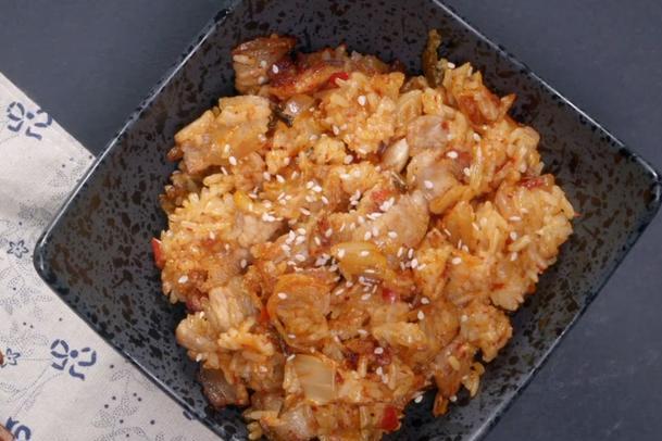 分享一款辣白菜肉片炒饭,鲜香微辣又解馋,孩子爱吃的主食美味