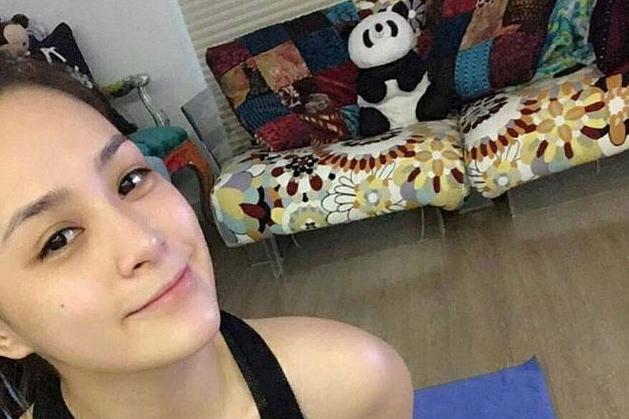 参观阿娇在香港的豪宅,住着很普通的房子,客厅沙发都是破旧的