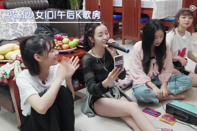 吴宣仪坐在地上唱歌,看到她的腿,我真的是羡慕了!