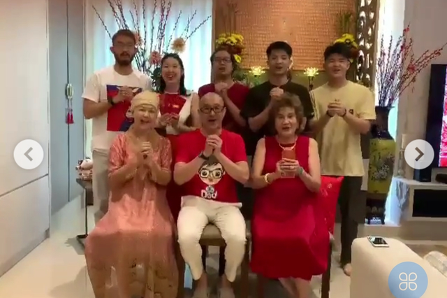 杨紫琼一家十口拜年,80岁母亲穿金戴银好喜庆,比74岁老公显年轻
