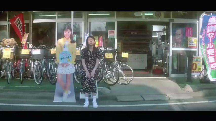 松隆子穿着连衣裙骑着自行车,清纯而又纯美