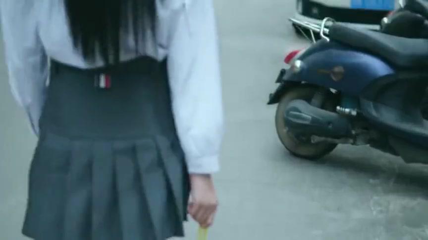 骑个电动车硬是被拍成开法拉利的感觉,这摄影师太厉害了