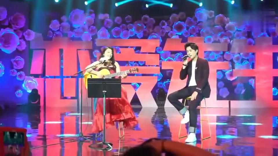 靳东和小野丽莎合唱恋爱先生片尾曲,靳东太帅了