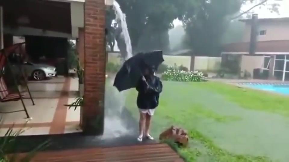 雷雨天父母让孩子屋檐下玩水,幸好有监控,才知道后果这么严重!