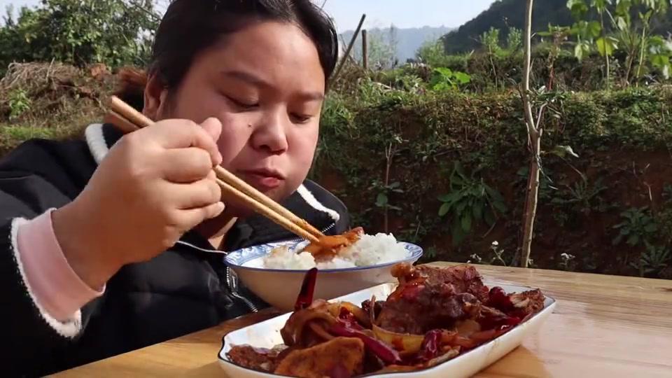 天气好,胖妹准备洋葱和莴笋,做干锅排骨吃,味道真不错