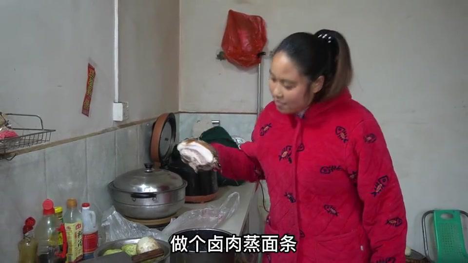 孩子要开学了,妈妈做一锅孩子最爱吃的蒸面条,每人吃上3大碗