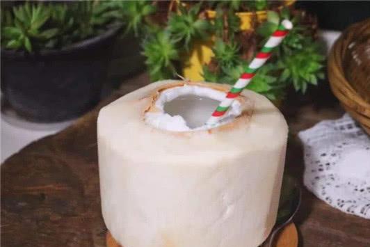 为什么用菜刀都砍不开的椰子,可以用一块口香糖轻松打开?