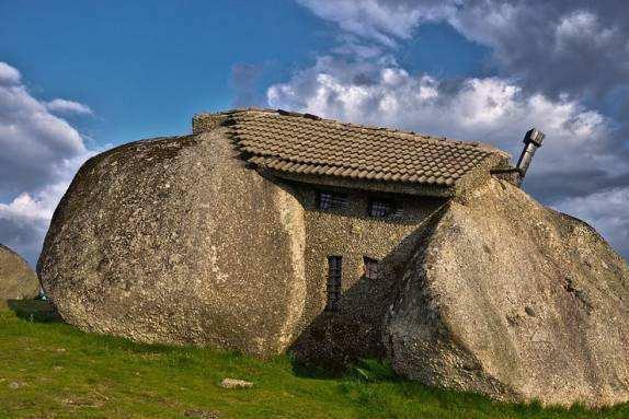 世界上最独特的房子,建在石头缝之间,没水没电却成为热门景点!