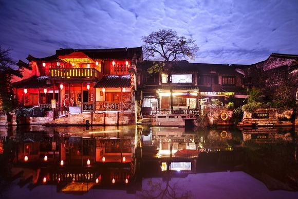西塘古镇,地处江浙沪交界处,有2000多米烟雨长廊,夜晚如梦如幻