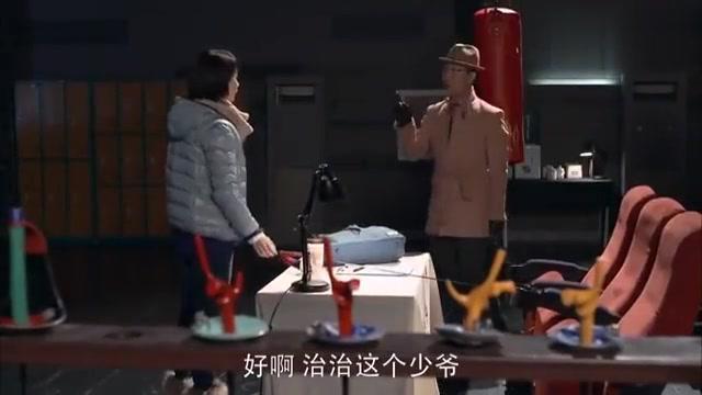 姐夫来击剑馆找小姨子,约小姨子去吃火锅,跟小姨子说自己的烦恼