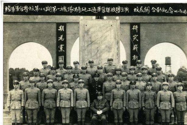 民国往事:他是顶替老蒋担任黄埔军校校长的唯一一人,后加入我军