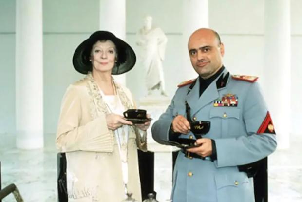 这部冷门电影告诉我们,英国老太太眼里,只要能喝茶,战争算老几