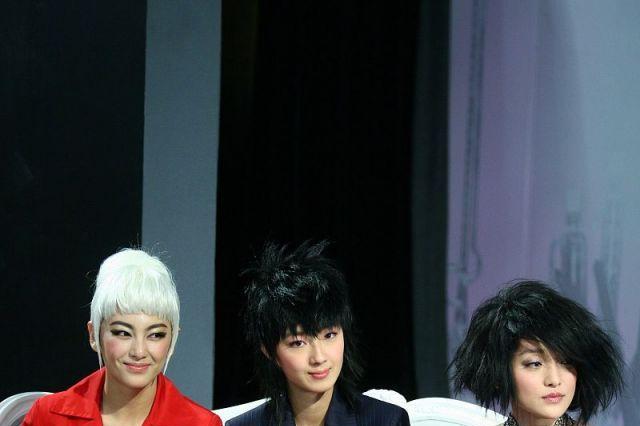 """2008年,周迅、张雨绮、桂纶镁同台走秀,""""杀马特""""造型太抢眼"""