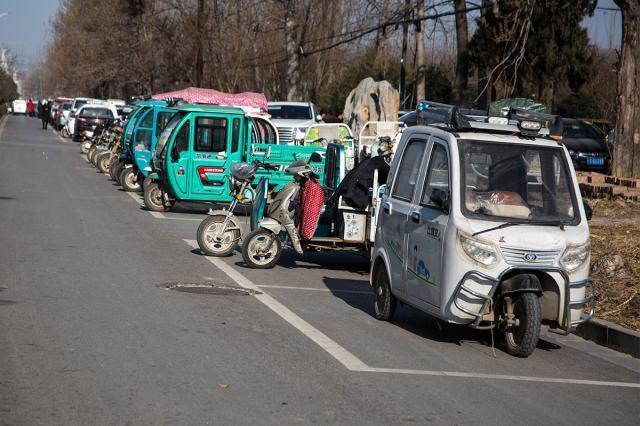 夫妻骑三轮车逛早市,因停车被索要500元