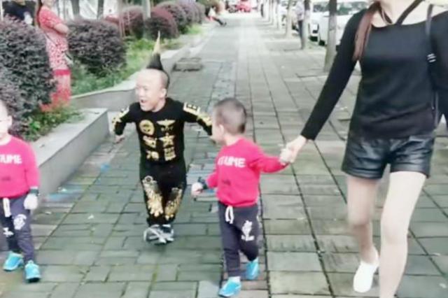 夫妻俩带双胞胎逛街,爸爸的身材成亮点