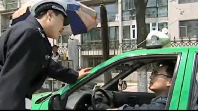 百姓找女警办事,怎料女警却让他待一边去,殊不知局长就在身后