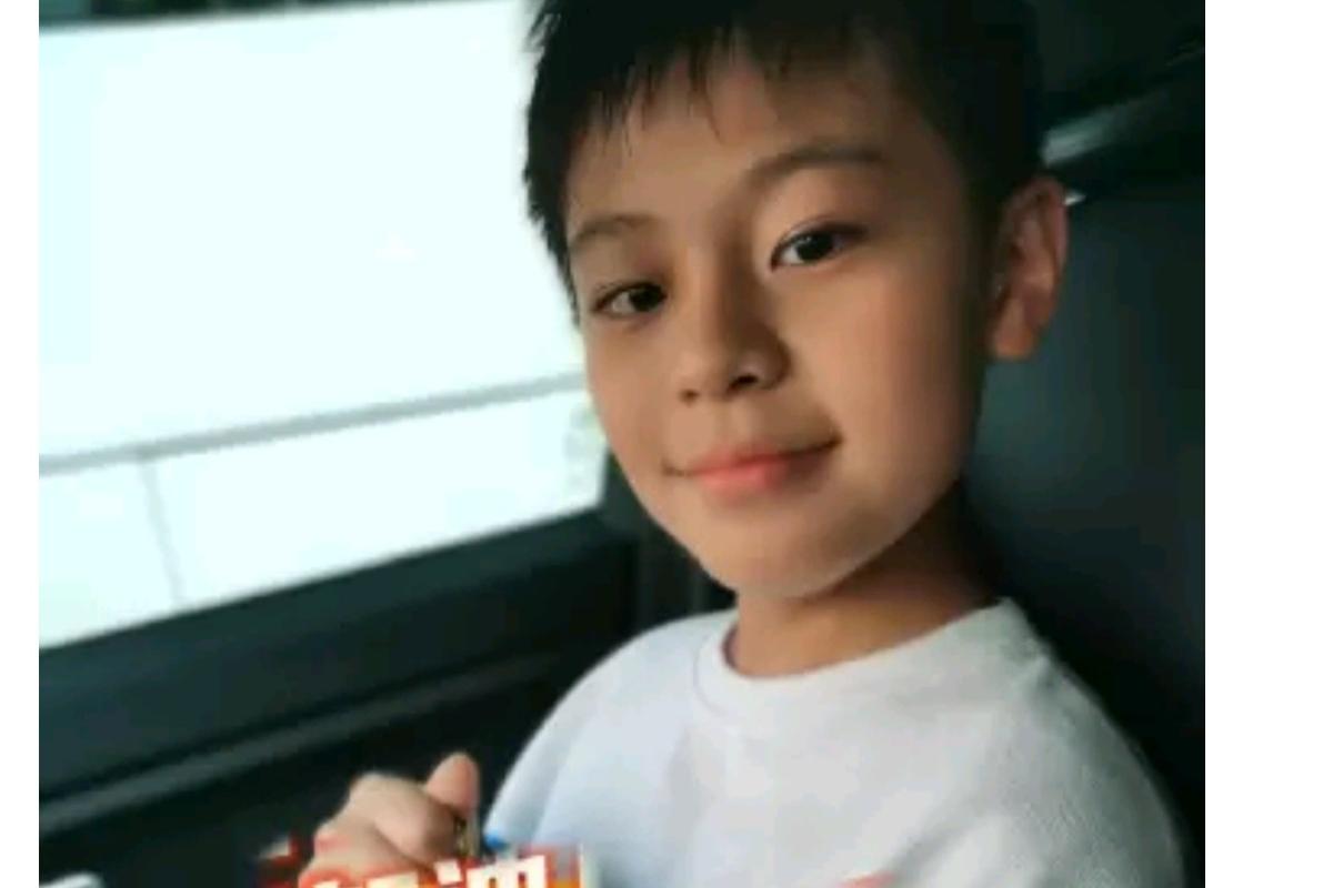 蔡国庆儿子又当官!才10岁就当上校长助理,拿着证件自拍满脸自豪