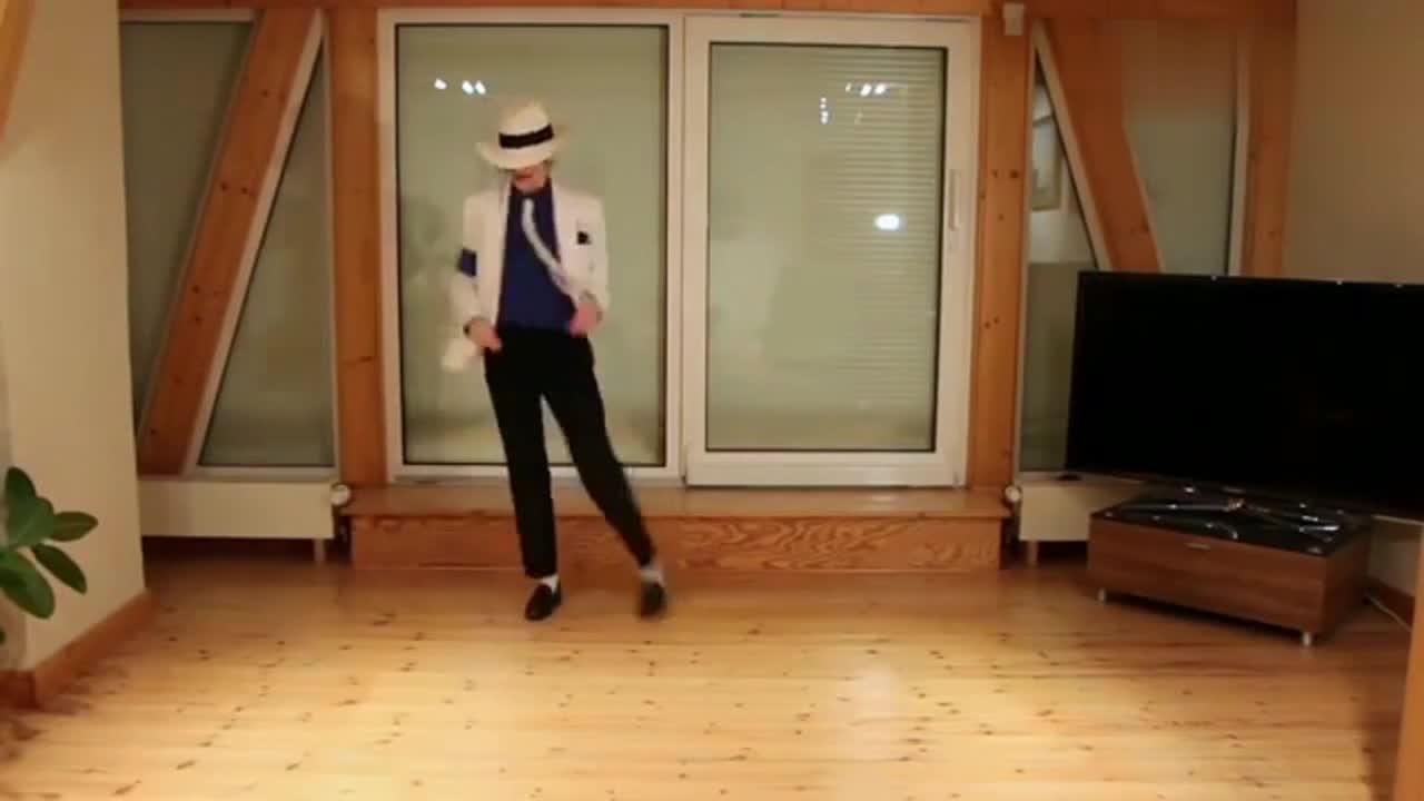 国外妹子模仿杰克逊跳舞,犹如本人亲临,相似度百分百