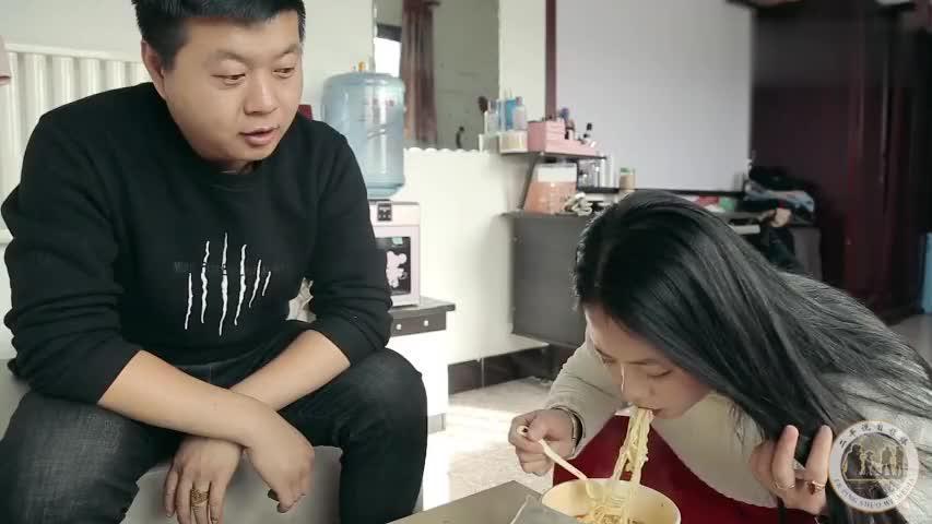 媳妇想吃尼古丁和火药味的泡面,看老公如何调制?太有趣了