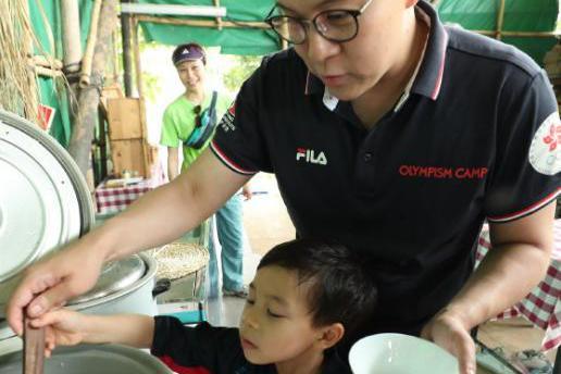 霍启刚带孩子们做菜,大儿子帮忙,二女儿看得目不转睛