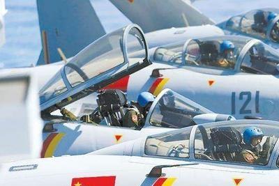 """飞行员在空中靠啥补充能量?美军吃披萨,全世界飞行员都吃""""它"""""""