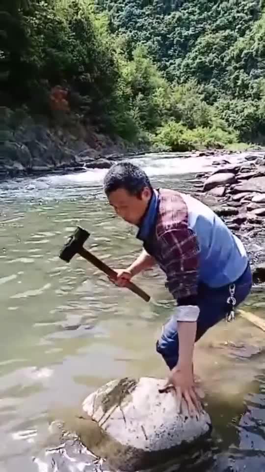独腿大哥河边抓鱼,一锤子下去鱼懵了,下次我也这样做!1515