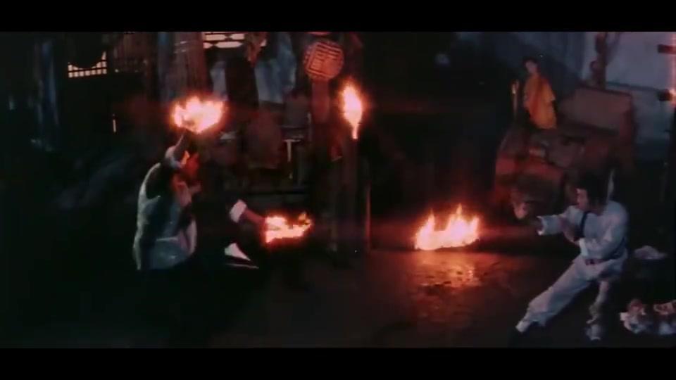 这是什么法术?双手变成燃烧的火把,不过小伙一招就破了他的法