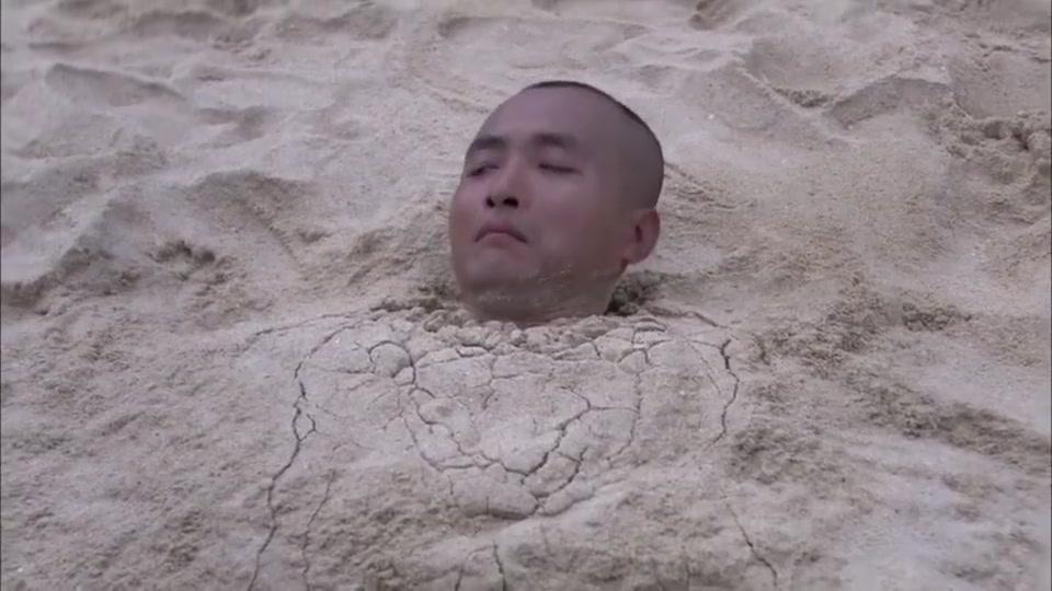火蓝刀锋:新兵打碎老兵的奖杯,想丢海里去,不料老兵就在沙滩上