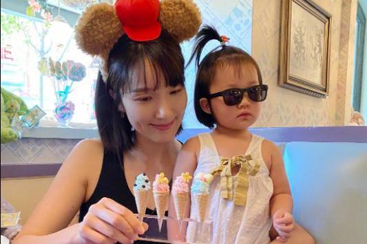 李亚男晒一家三口迪士尼游玩照,女儿戴墨镜梳呆毛反差萌爆棚