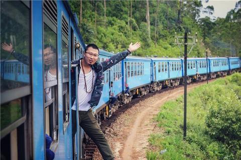 印度火车爬满了人,斯里兰卡的小火车,你可以在它上面挂火车