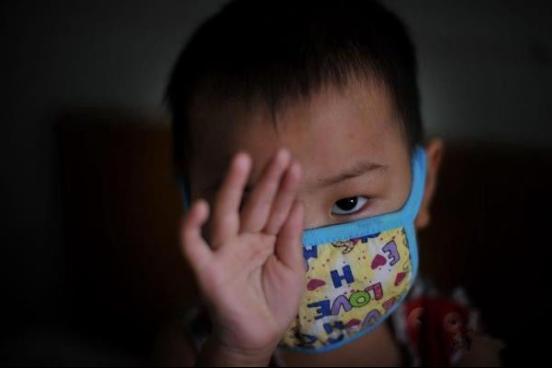 儿子因甲醛患血液病,家长抱头痛哭:早知如此,不该把它拿回家