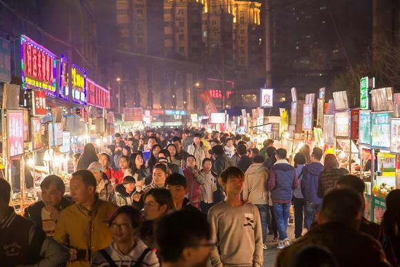"""国内许多知名美食街,为什么沦落成了""""当地人不去""""的坑人景点?"""