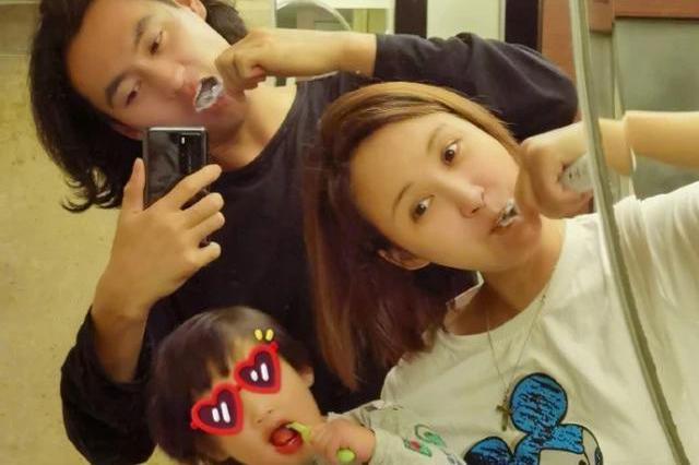 张歆艺晒全家福庆结婚四周年,一家三口同框刷牙,歪头杀温馨十足