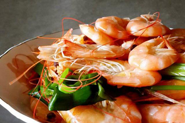 清水煮虾时:谨记这4个窍门,虾肉鲜甜还不老不柴,无腥味儿