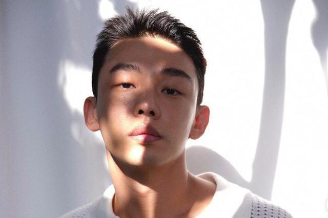 刚满34岁的刘亚仁,年纪轻轻就获得影帝视帝,韩国最具潜力演员