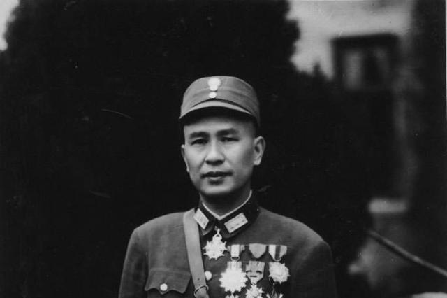 """蒋介石撤掉他的国防部长降为""""剿总""""司令,他为何高兴的不知所措"""
