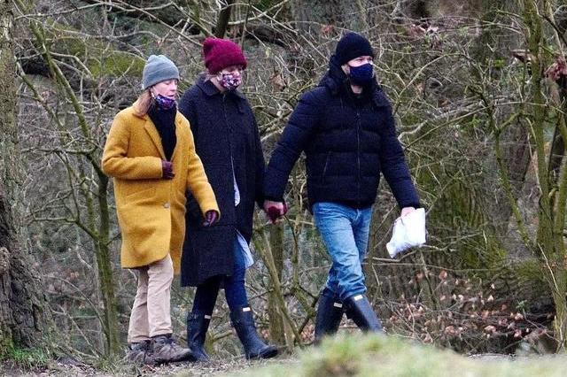 泰勒·斯威夫特穿黑大衣搭毛线帽和男友手牵手,被妈妈抢镜了!