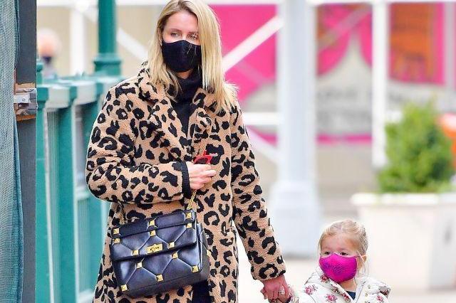 妮基·希尔顿穿豹纹大衣搭细腿裤牵女儿小手逛街,画风太有爱!