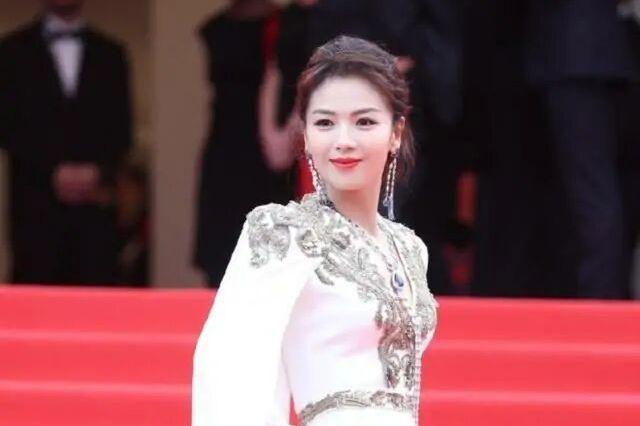 """刘涛美到国外,穿一身""""树杈裙""""优雅又吸睛,真给中国女星长脸"""