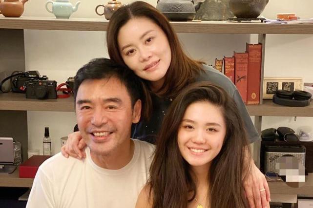 钟镇涛夫妇在家为漂亮女儿庆祝16岁生日 女儿遗传爸爸的音乐天赋