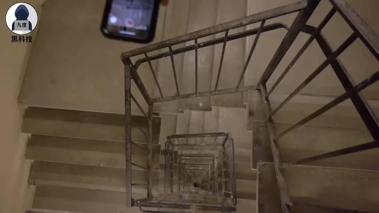 老外把手机从90米高的螺旋楼梯扔下,会摔成啥样?隔着屏幕都心疼