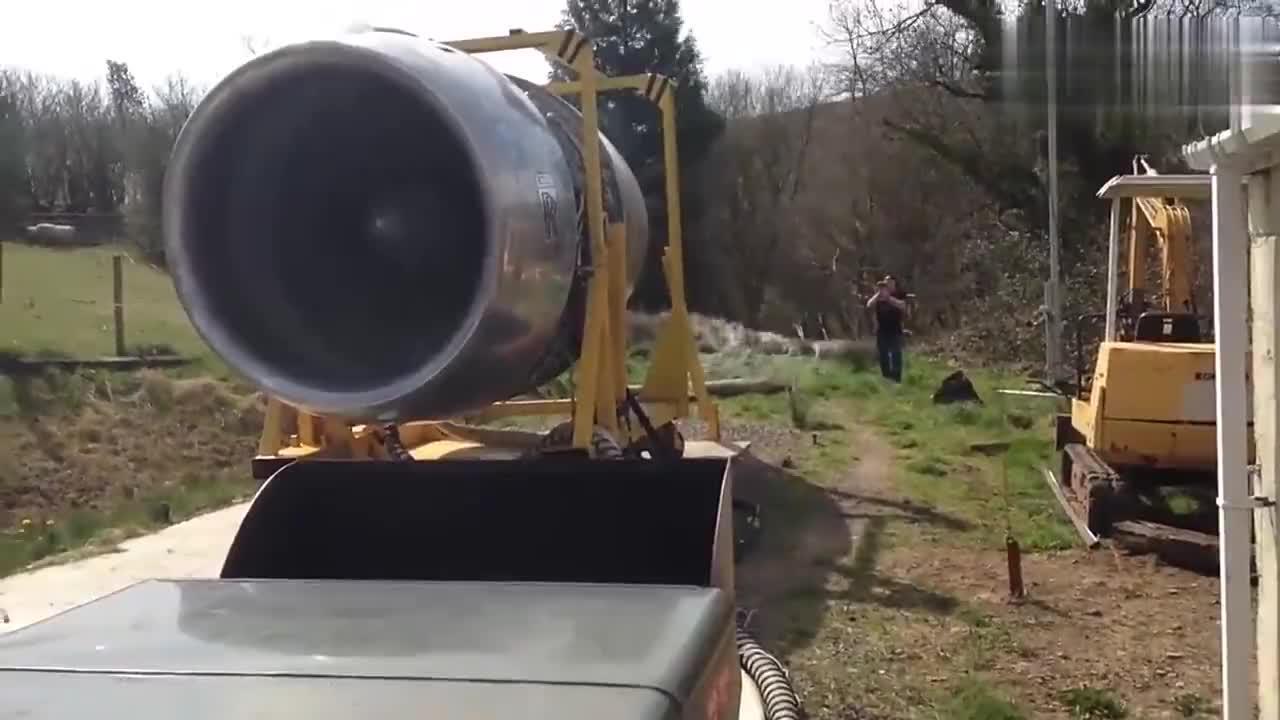 国外牛人启动一台退役飞机喷气发动机,没想到还能正常启动!