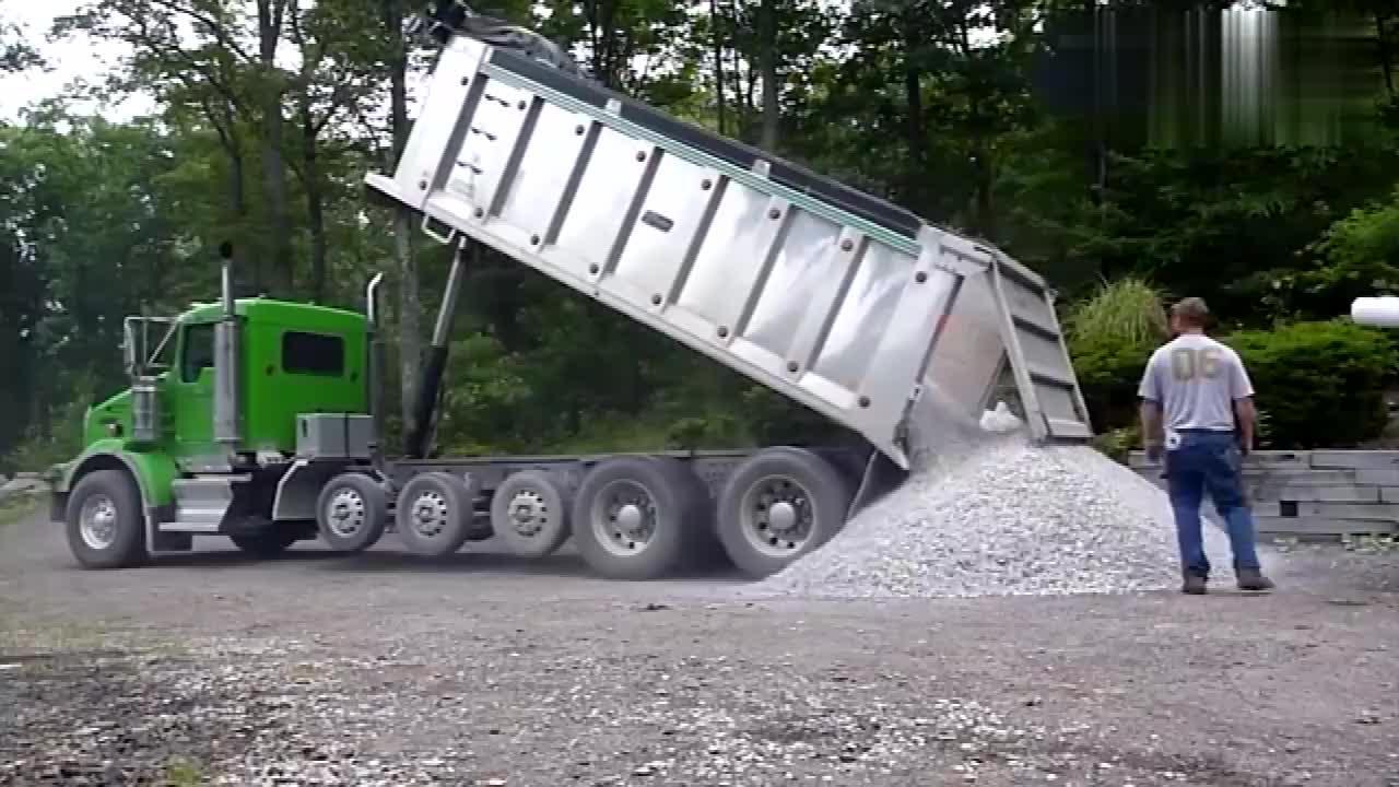 看这台大货车卸货,牛的不是大货车而是坚强的千斤顶,长见识了!