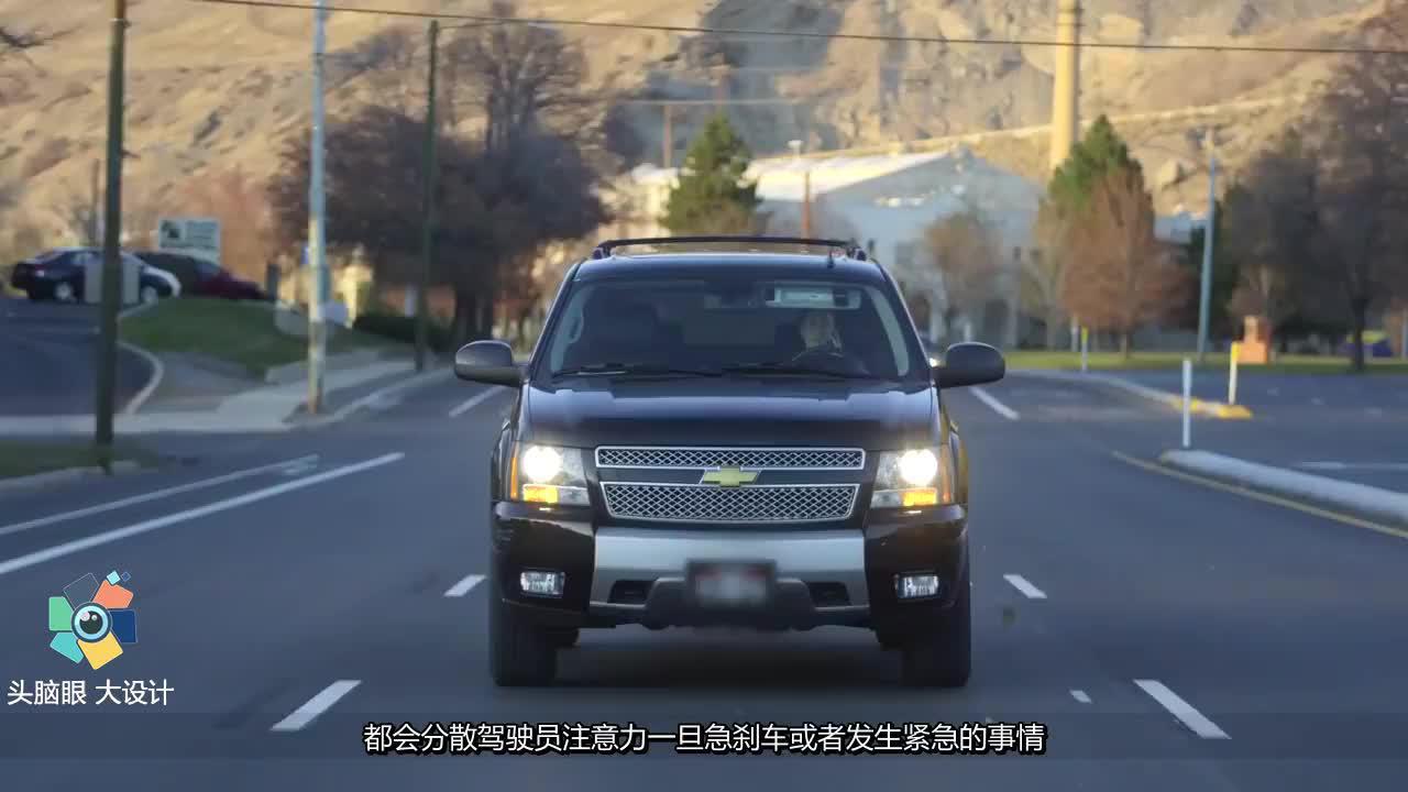 一边开车一边喝水有多危险?视频还原安全气囊,弹开全过程