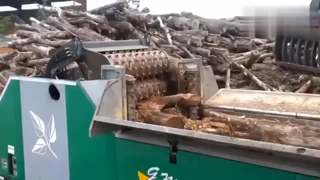 还是第一次见木材粉碎机,恕我直言,比普通粉碎机的威力强太多了