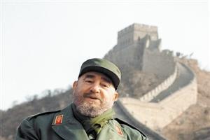 卡斯特罗访问中国:穿标志性绿军装登长城,在主席塑像前久久伫立
