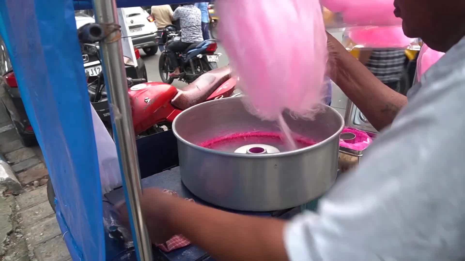 印度街头廉价棉花糖,制作装置堪称脑洞大开,据说每天卖到断货!