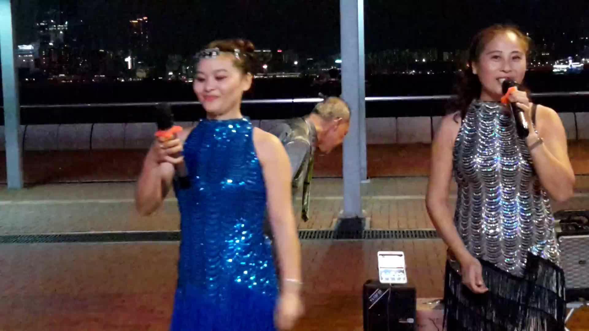 街头两个姐妹花合唱一首《花桥流水》太好听了