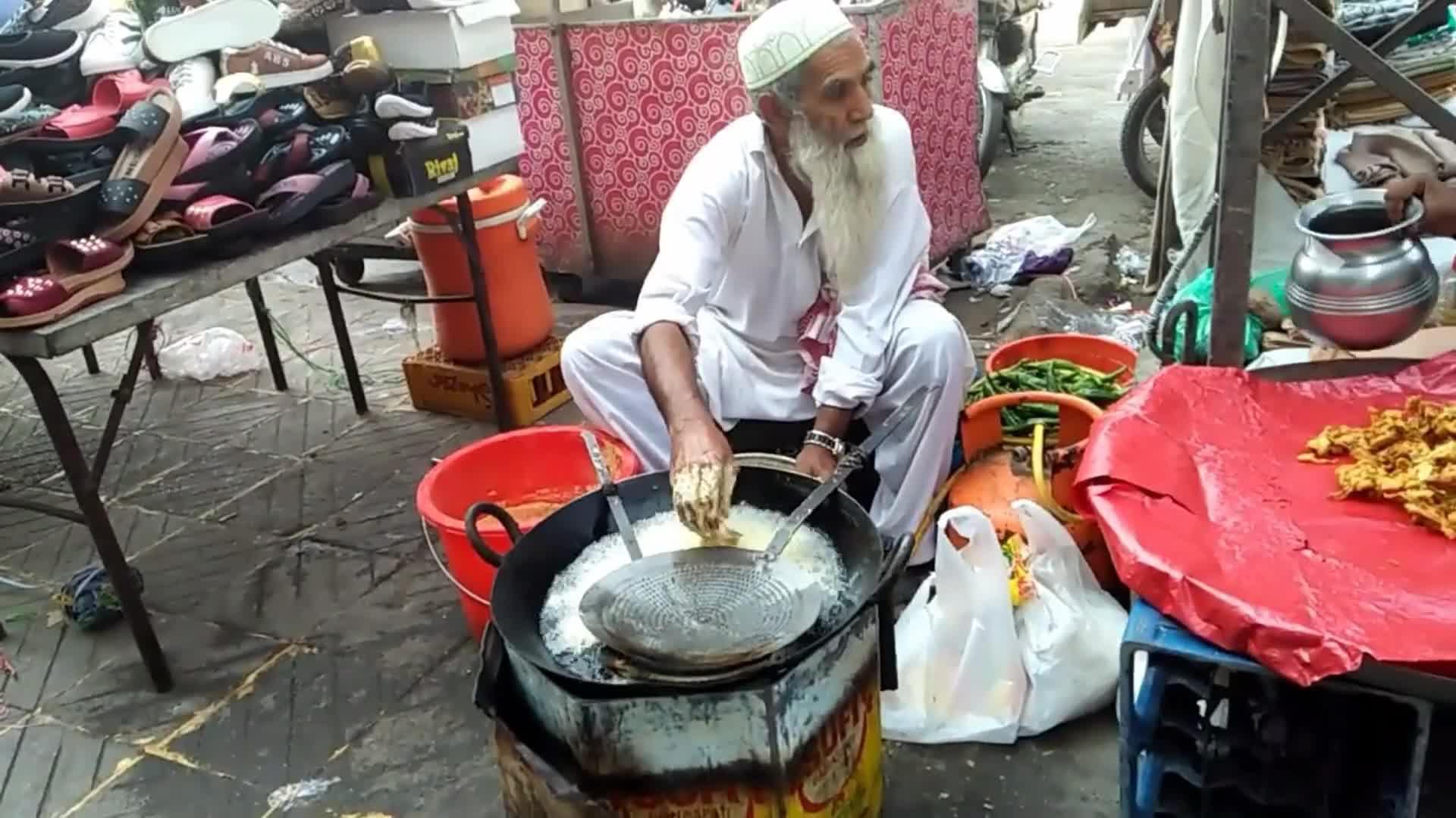 印度街头奇葩零食,面粉糊用手挤到黑漆漆油锅,不愧是开挂美食!